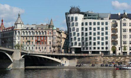 Tančící dům patří právoplatně mezi nejkrásnější stavby světa.