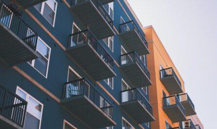 Moderní bytový dům, kde je k mání pronájem bytu.
