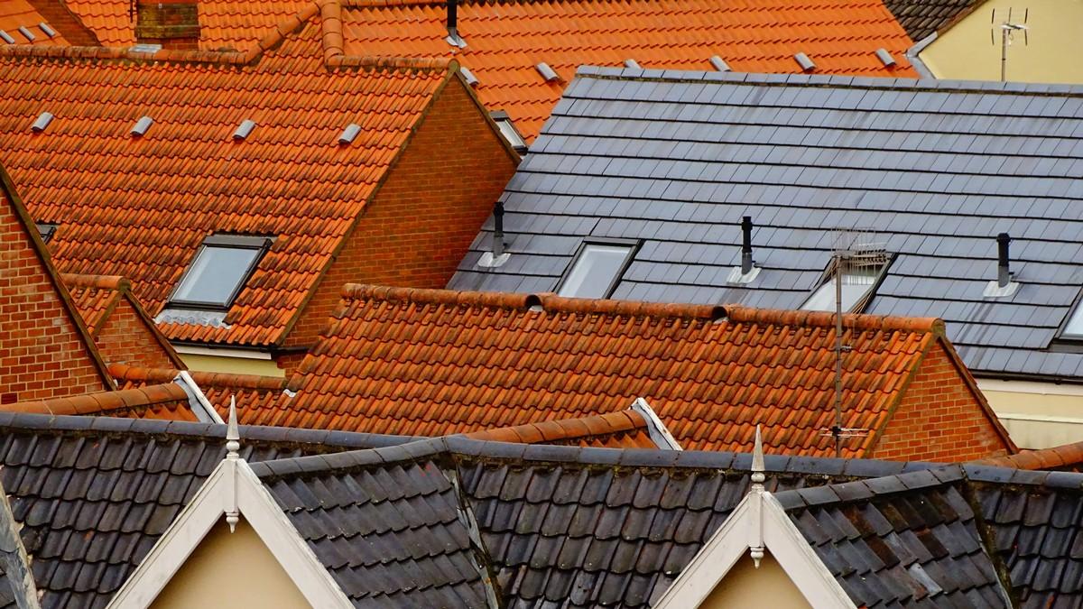 Pestré střešní krytiny na bytových domech.