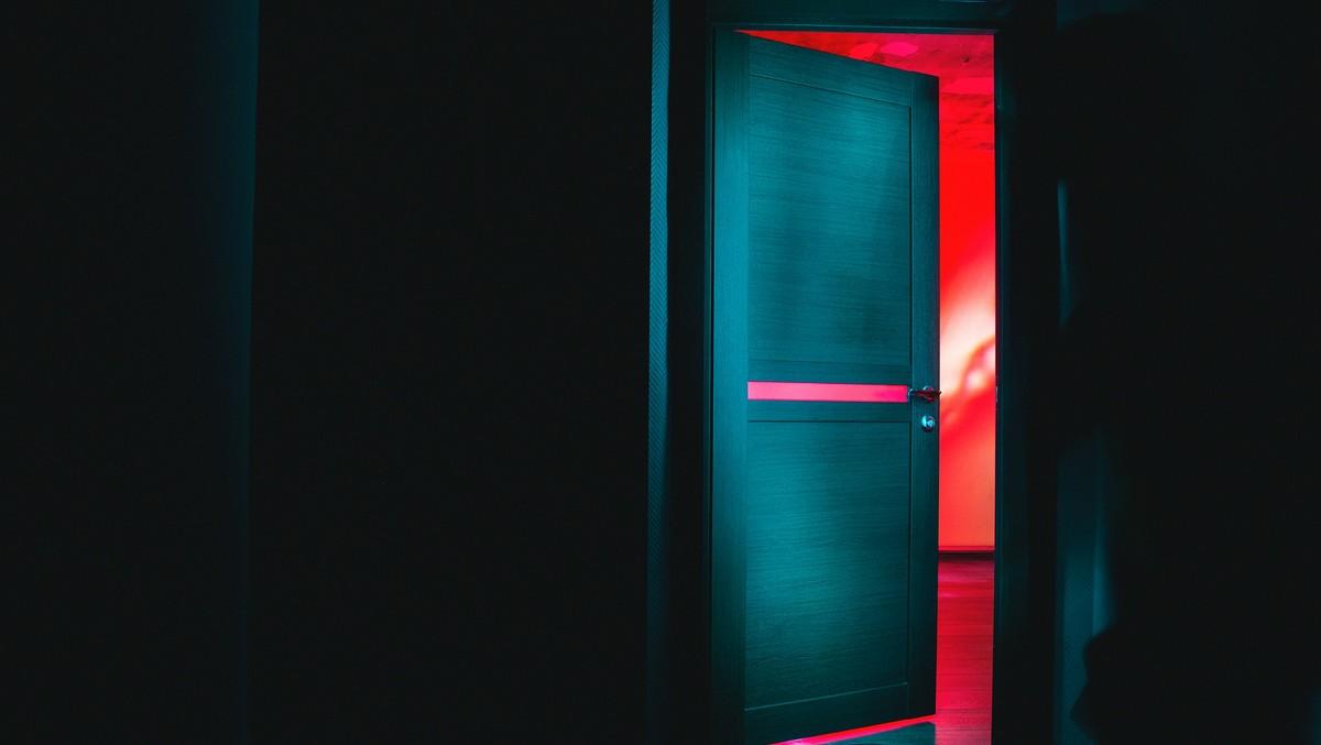 Moderní vchodové dveře, které jsou pootevřené.