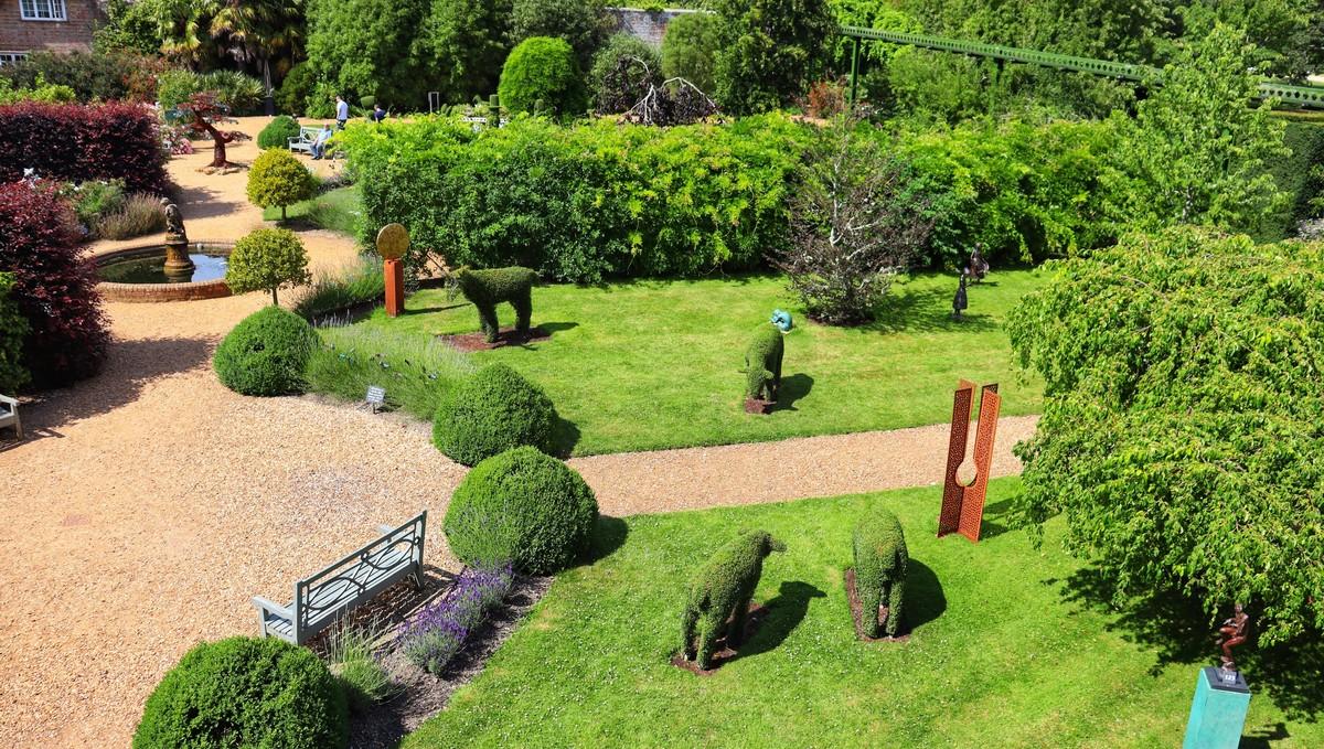 Zahradní architektura plná nejrůznějších zahradních prvků.