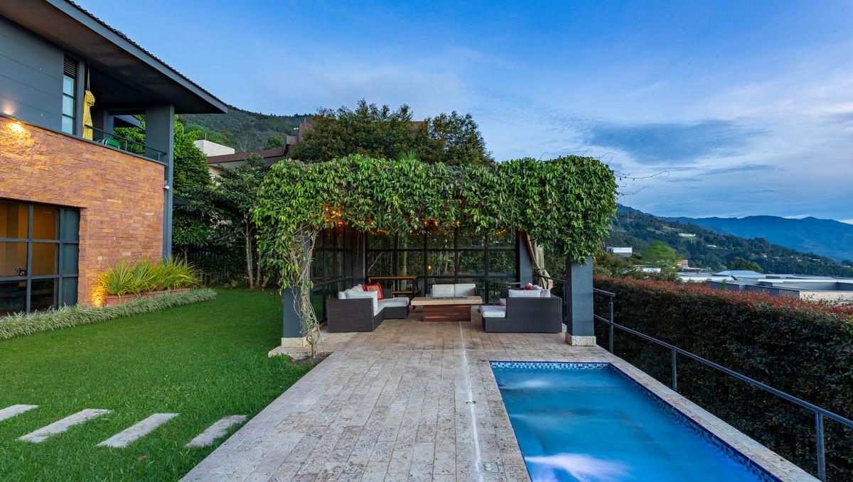 Zastřešení terasy u moderně vyhlížejícího rodinného domu.